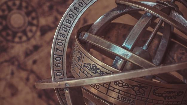 3e90665206b1 Brújula náutica de reloj de sol de latón antiguo con signo del zodiaco