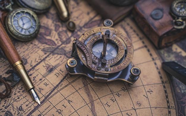 Brújula de reloj de sol pirata Foto Premium