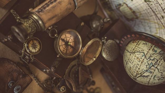Brújula vintage, reloj colgante y telescopio Foto Premium