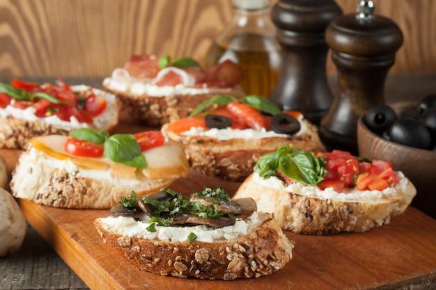 Bruschetta italiana de tomate y queso Foto Premium
