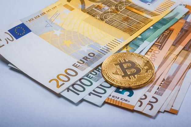 Btc de bitcoin y billetes en euros en efectivo | Foto Premium