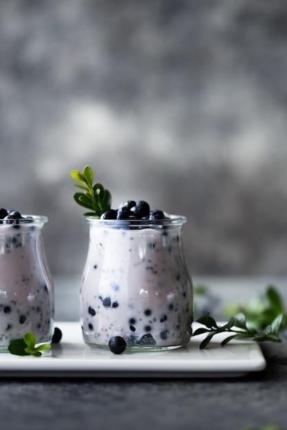 Budín de semillas de chía con arándanos en frasco para el desayuno con arándanos frescos Foto Premium
