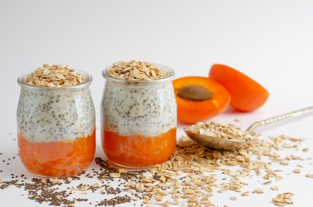 Budines de semilla de chía con albaricoque fresco y avena en blanco Foto Premium