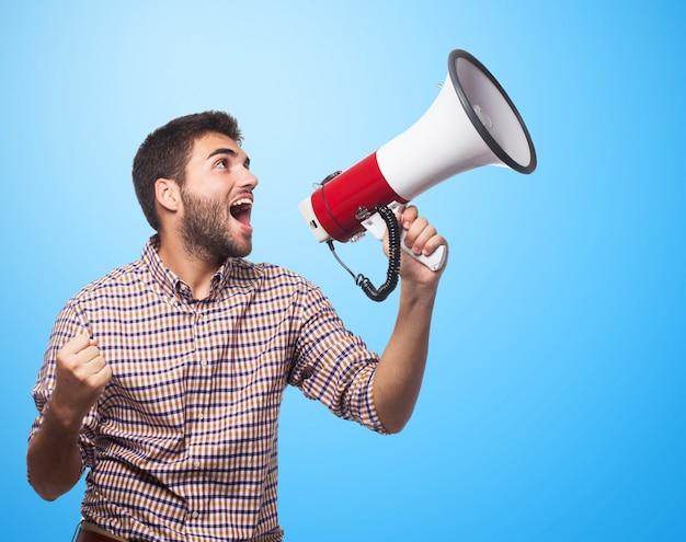 Buen hombre que grita en el megáfono Foto gratis