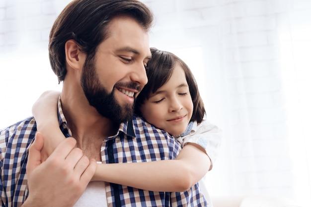 Buena relación entre padre e hijo. Foto Premium