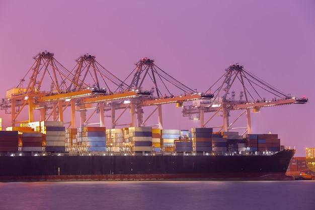 Buque de carga de carga de contenedores industriales en el puerto para logística importación exportación Foto gratis