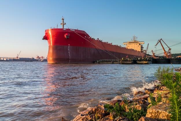Buque de contenedores de carga en el puerto Foto gratis