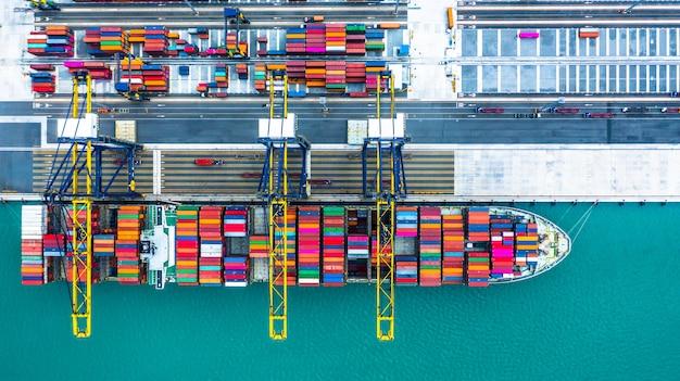 Buque portacontenedores que llega al puerto, carga del portacontenedores en el puerto de alta mar, transporte logístico de exportación de importación de negocios y transporte, vista aérea. Foto Premium