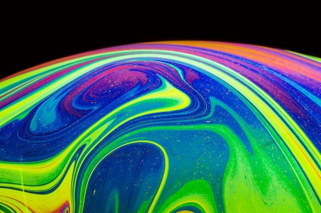 Burbuja colorida abstracta sobre fondo negro Foto gratis