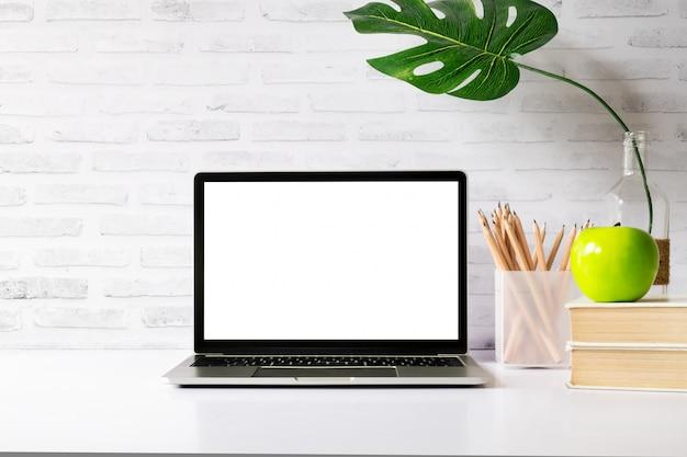 Burlarse de la computadora portátil en blanco de pantalla en blanco. Foto Premium