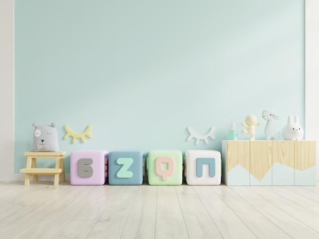 Burlarse de la pared en la habitación de los niños en el fondo de la pared azul. Foto Premium
