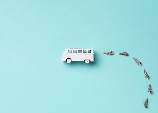 Bus de juguete con conchas Foto Premium