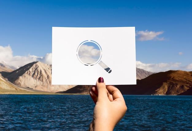 Buscando descubrimiento papel perforado lupa Foto gratis