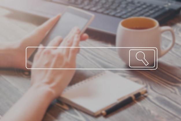 Búsqueda navegación información de datos de internet concepto de redes imagen de enfoque suave concepto de la vendimia. Foto Premium