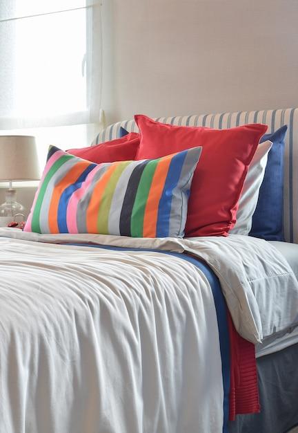 Cabecero a rayas con cojines de colores. Foto Premium