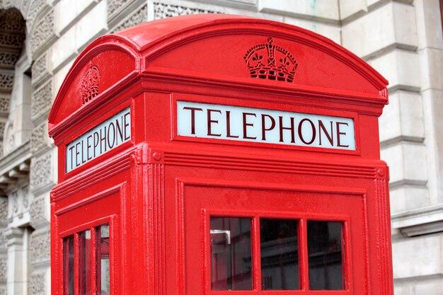 Cabina telefónica con edificio de piedra georgiana Foto Premium