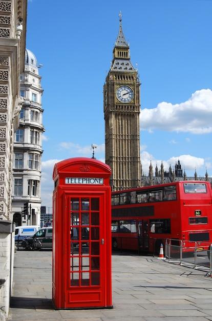 Cabina telefónica roja con el big ben en un día soleado Foto gratis