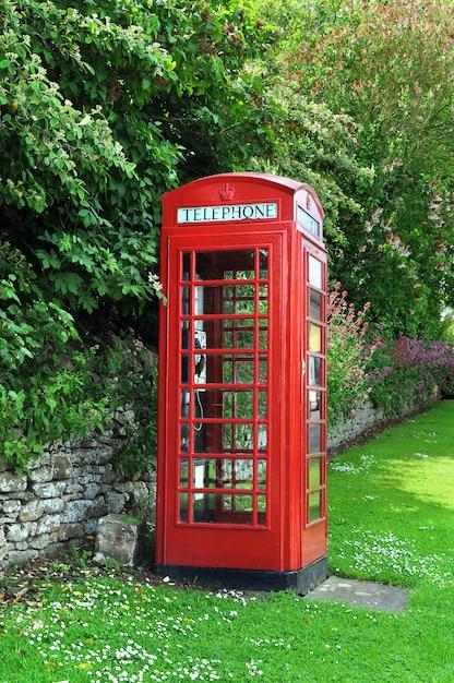 Cabina de teléfono en el campo inglés Foto gratis