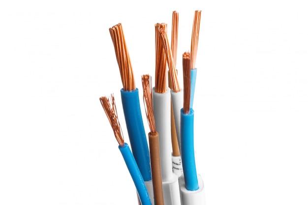 Cable apantallado eléctrico con muchos cables aislados en blanco Foto Premium