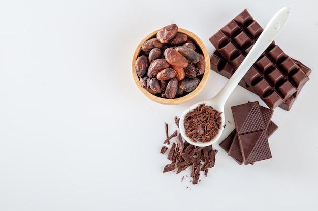 Cacao y chocolate sobre un fondo blanco. Foto Premium