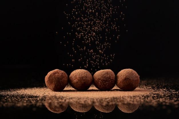 Cacao espolvoreado sobre trufas Foto gratis