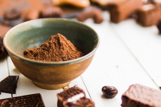 Cacao en polvo en un tazón de cerámica Foto gratis