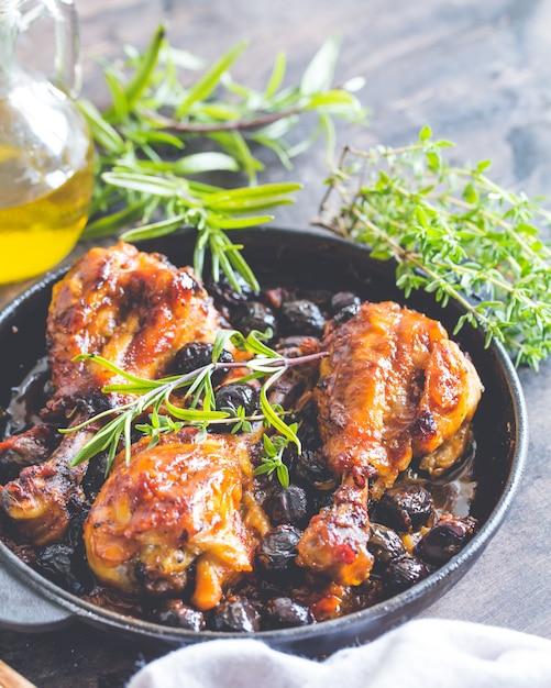 Cacciatore de pollo italiano con aceitunas negras Foto Premium