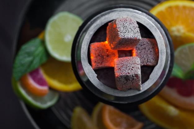 Cachimba con humo para relajar y descansar a la gente. frutas cítricas y menta. Foto Premium