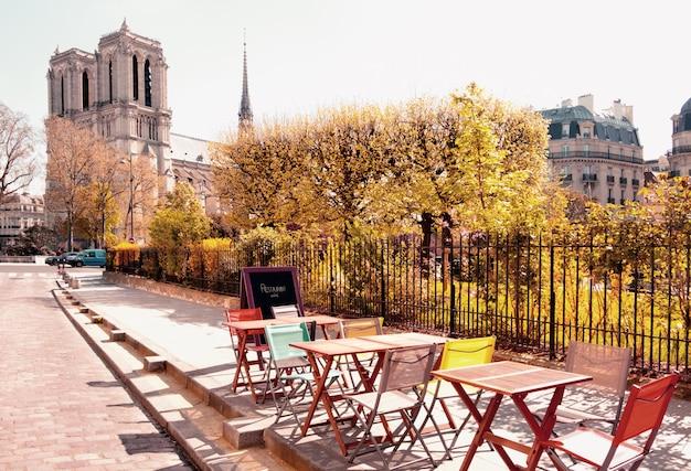 Un café al aire libre junto a la catedral de notre dame en parís Foto Premium