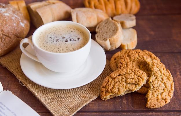 Café con alto ángulo de galletas. Foto gratis