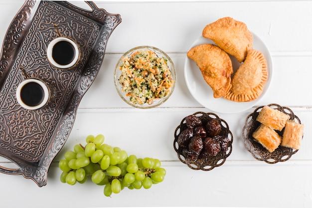 Café en bandeja y platos turcos. Foto gratis