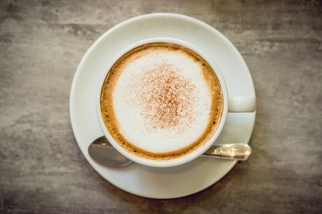 Café caliente y té caliente colocados en la mesa de mármol temprano en la mañana. Foto Premium