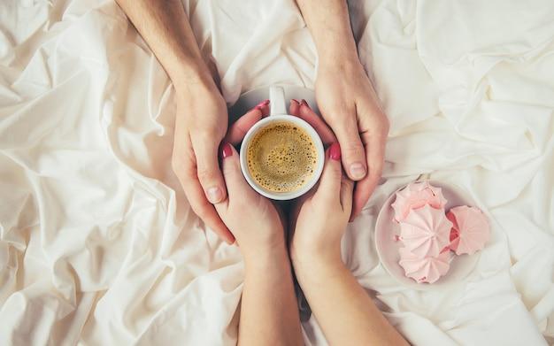 Café en la cama. enfoque selectivo me encanta beber. Foto Premium