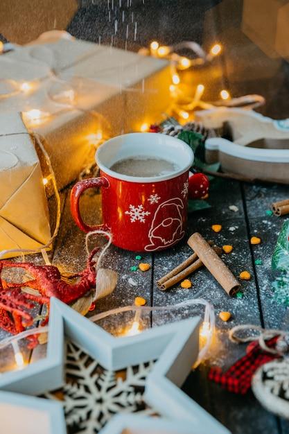 Café con canela y leche en ambiente navideño Foto gratis