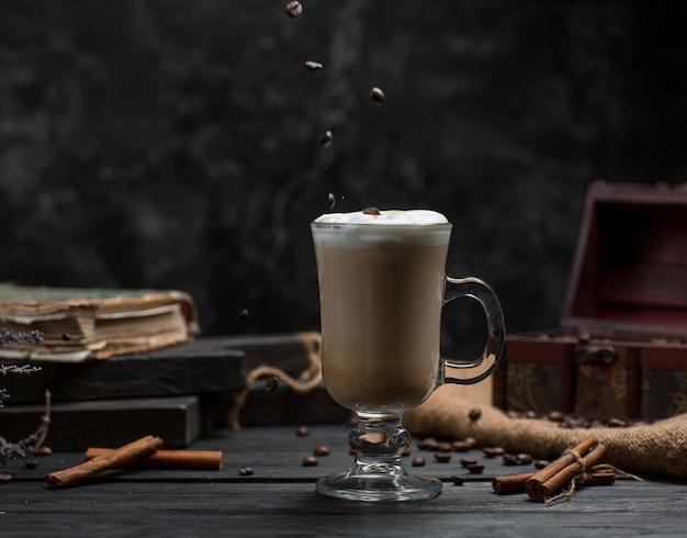 Café con canela sobre la mesa Foto gratis