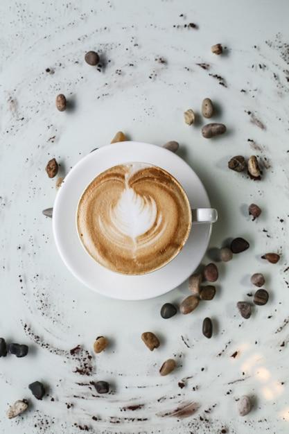 Café capuchino leche espuma frijoles vista superior Foto gratis