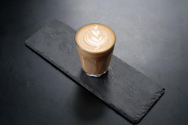 Café capuchino en el tablero negro Foto Premium