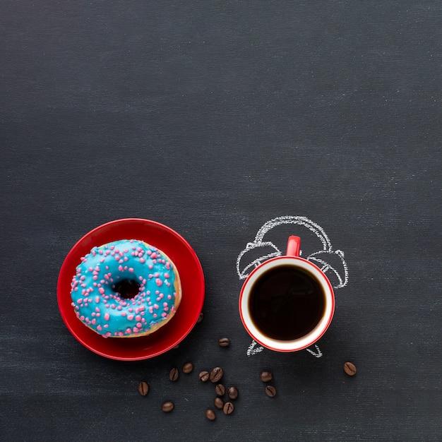 Café con concepto de despertador Foto gratis