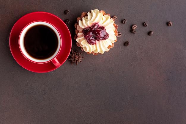 Café y delicioso pastel copia espacio Foto gratis
