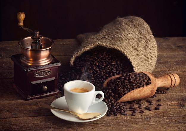 Café expreso con molinillo de café viejo. Foto Premium