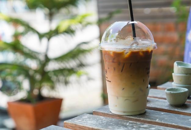 Café helado en la mesa Foto gratis
