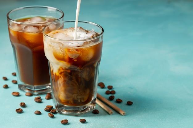 Café helado en un vaso alto con leche Foto Premium