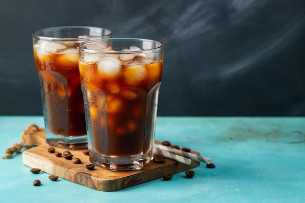 Café helado en un vaso alto Foto Premium