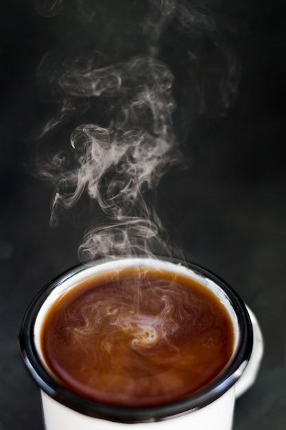 Café humeante con leche en taza Foto gratis