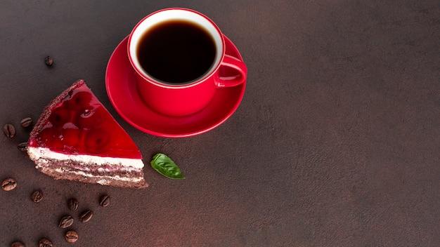 Café junto al pastel de cerca Foto gratis