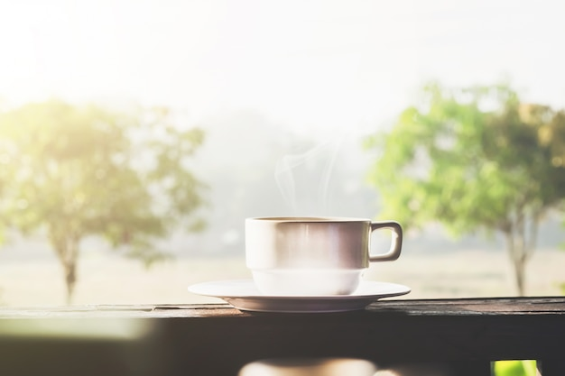 Café de la mañana con luz del sol. Foto gratis