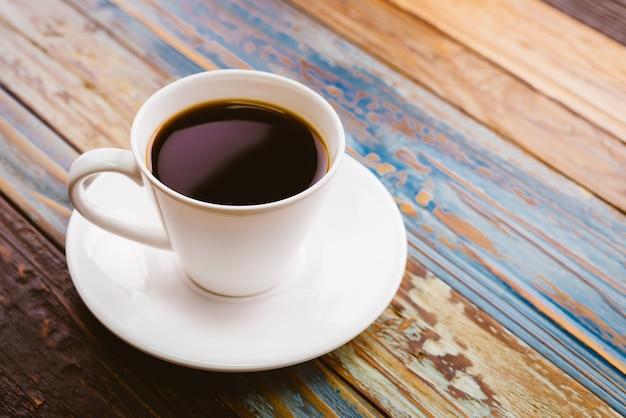 Café en mesa de madera Foto gratis