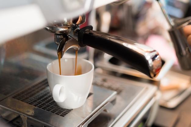 Café negro por la mañana en cafetera Foto Premium