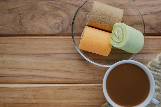 Café y pan colocados en suelos de madera marrón. Foto gratis