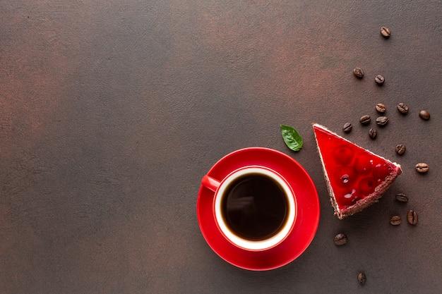 Café y pastel en espacio de copia Foto gratis